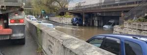 """Несколько машин попали в """"водную ловушку"""" из-за локального потопа во Владивостоке"""