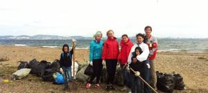 Во Владивостоке с побережья полуострова Песчаный добровольцы собрали тонну мусора