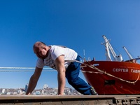 Силач из Владивостока побил мировой рекорд, сдвинув теплоход массой 11 тысяч тонн
